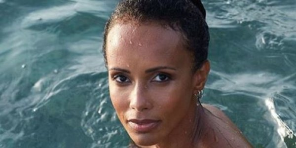 Photo. Sonia Rolland pose seins nus en Martinique