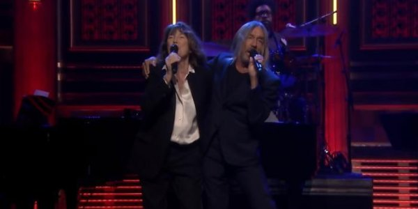"VIDEO. Jane Birkin chante ""Elisa"" en duo avec Iggy Pop chez Jimmy Fallon"