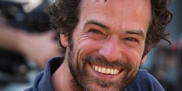 Romain Duris : rouge à lèvres, castagnettes… L'acteur revisite sa filmo dans la ciné box ! (VIDEO)